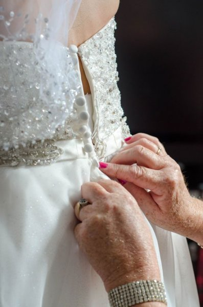 5.-Buttoning-of-the-brides-dress-DSC_4675